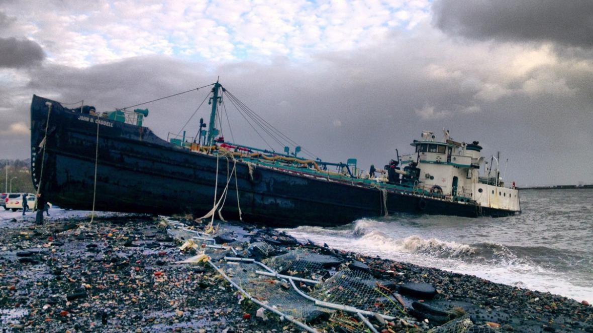 Tanker uvízlý na břehu v důsledku hurikánu Sandy