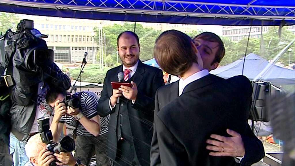 Svatební polibek před slovenským úřadem vlády