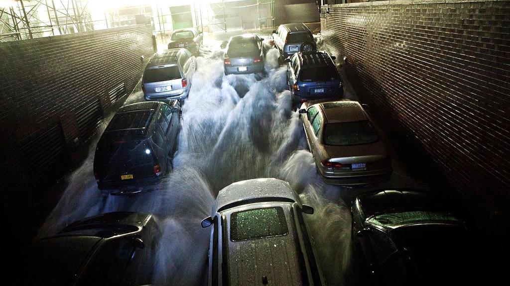 Voda se valí do podzemních garáží na Dolním Manhattanu
