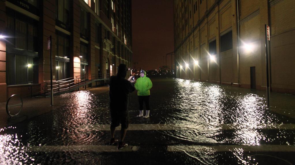 Zatopené ulice New Yorku brali někteří jako kuriozitu