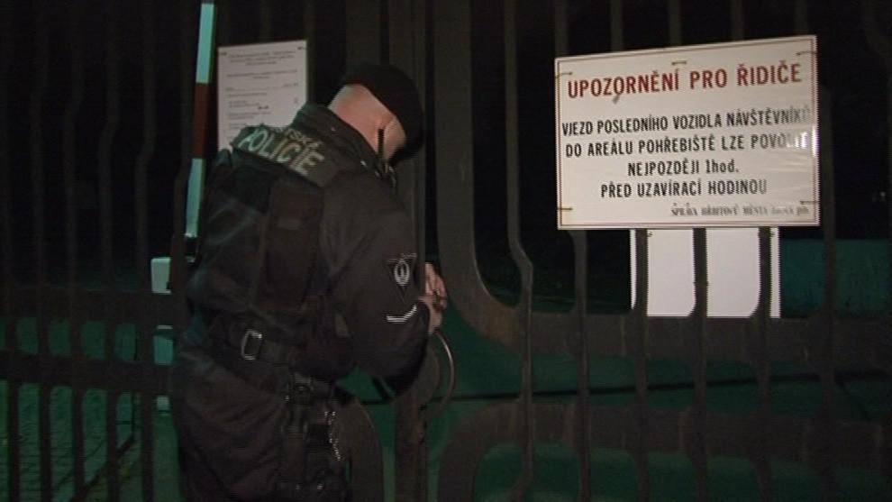 Policisté obchází hřbitovy i v noci, kdy jsou zavřené