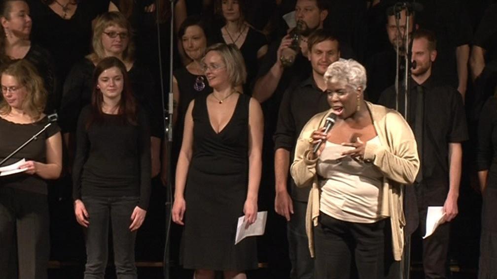 Karen Gibson zapojuje do zpívání i diváky