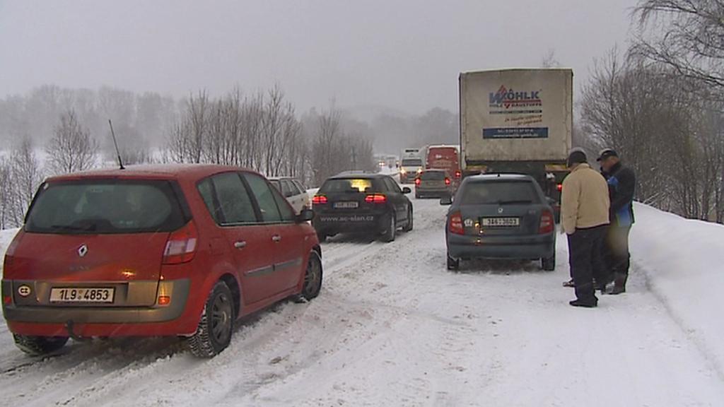 Na silnicích uvízla řada řidičů