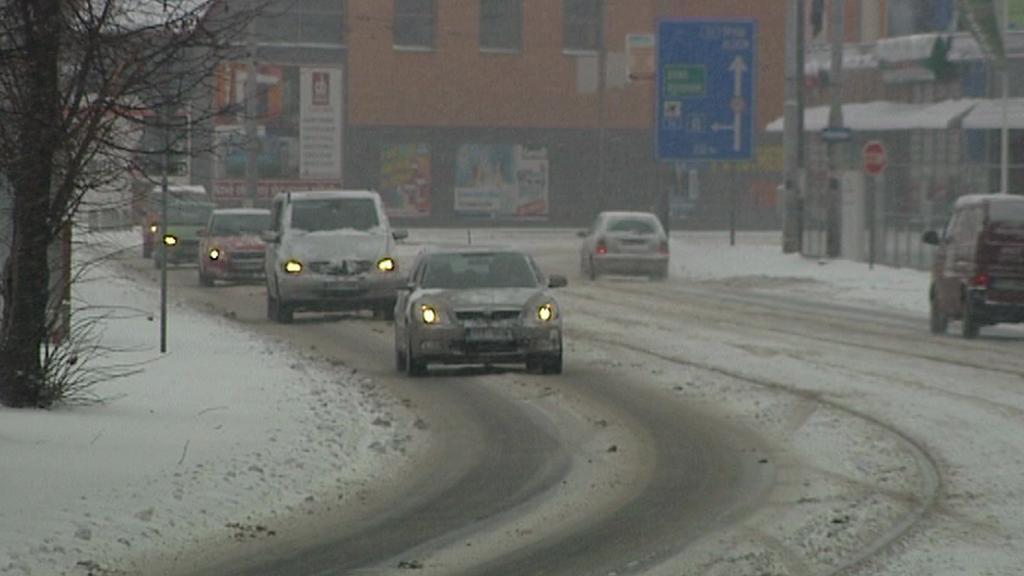 Dopravu komplikují zasněžené silnice