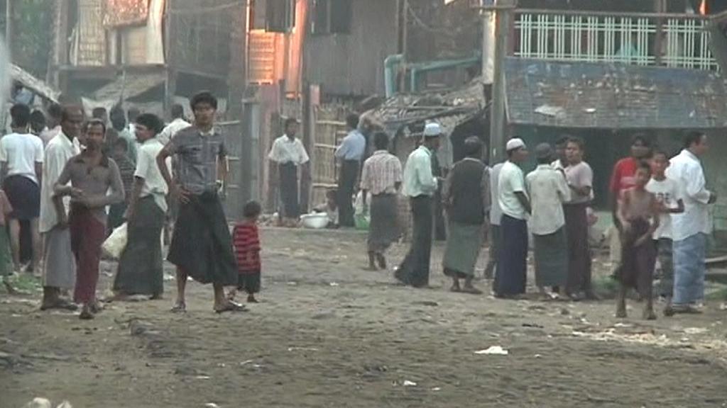 Desítky tisíc Barmánců prchají z domovů
