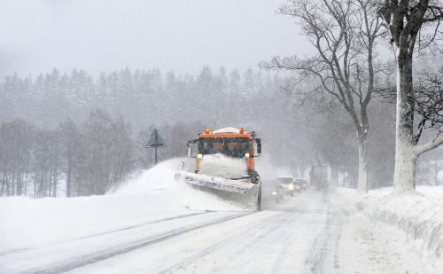 Silničáři odklízejí přívaly sněhu