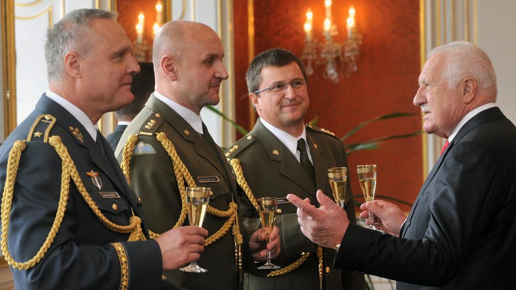 Prezident Klaus jmenoval generály