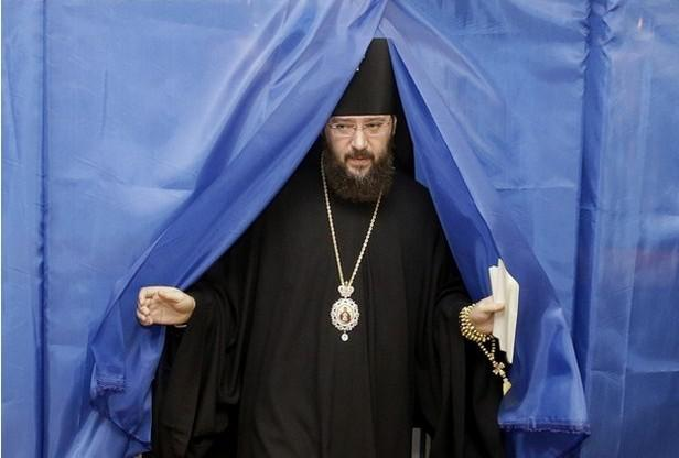 Pravoslavný kněz u voleb na Ukrajině