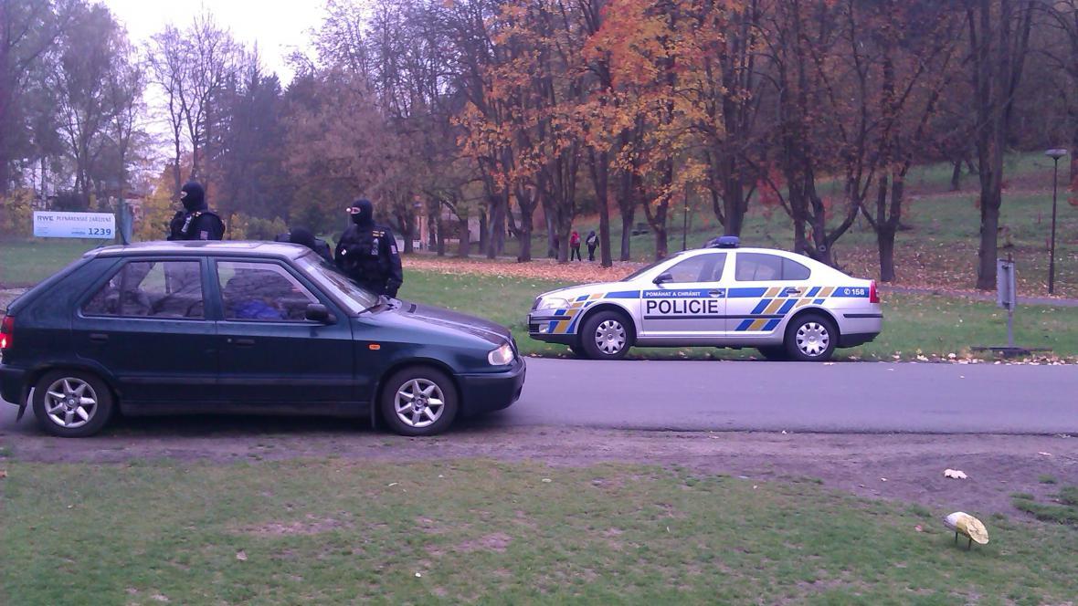 Policisté hlídají okolí hotelu