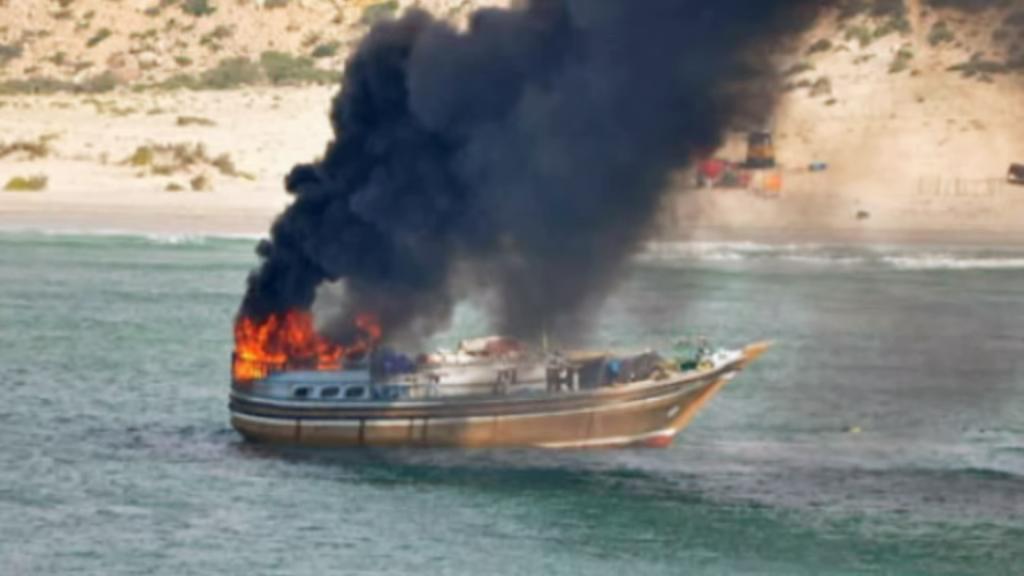 Hořící loď somálských pirátů