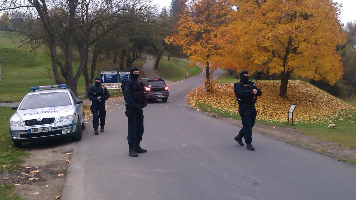 Policisté uzavřeli okolí Hotelu Lázně Kostelec u Zlína
