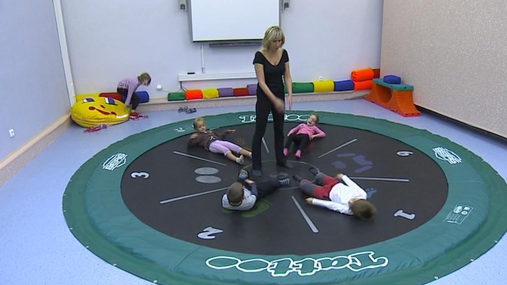 Postižené děti při cvičení na trampolíně