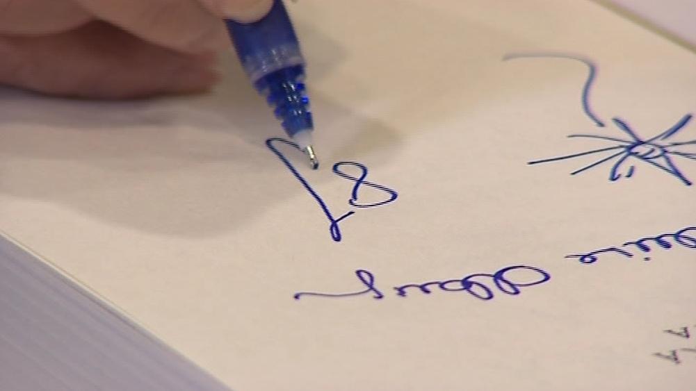 Autogram Albrightové chtěly desítky lidí