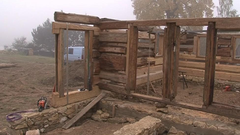 Trámy si stavaři před rozebráním očíslovali. Nyní je skládají postupně zpět