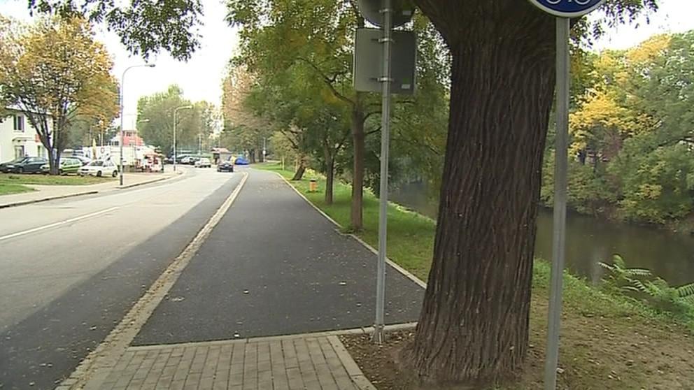 Cyklostezka nově vede po obou stranách řeky