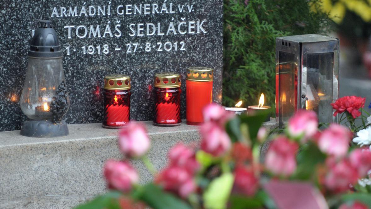 Urna s popelem generála Sedláčka uložena do rodinné hrobky