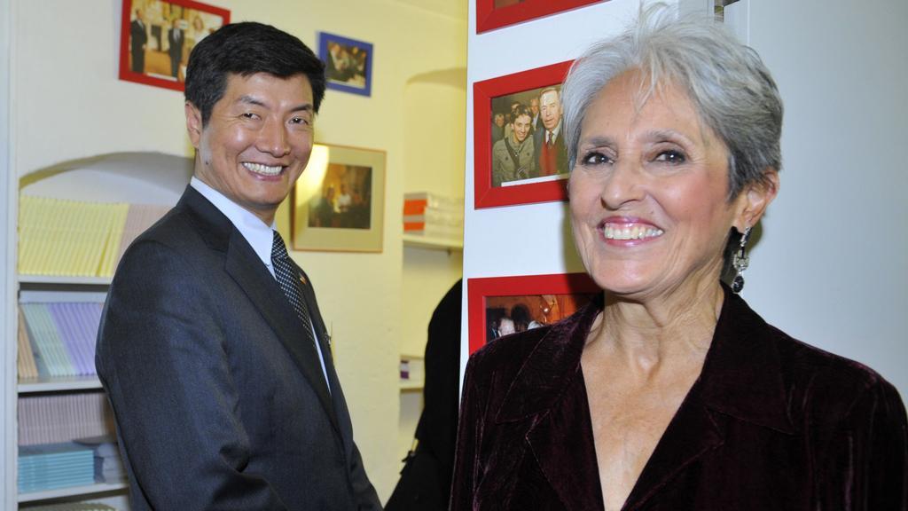 Premiér tibetské exilové vlády Lobsang Sangay a Joan Baezová