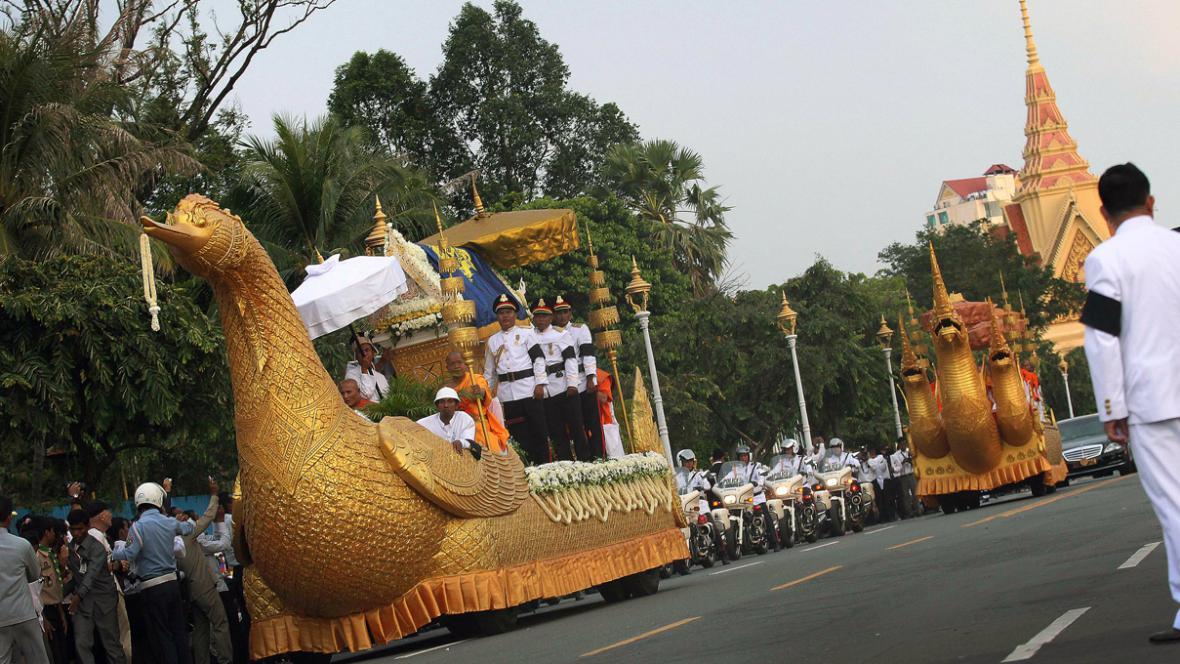 Rakev s ostatky Norodoma Sihanuka dorazila do Kambodže