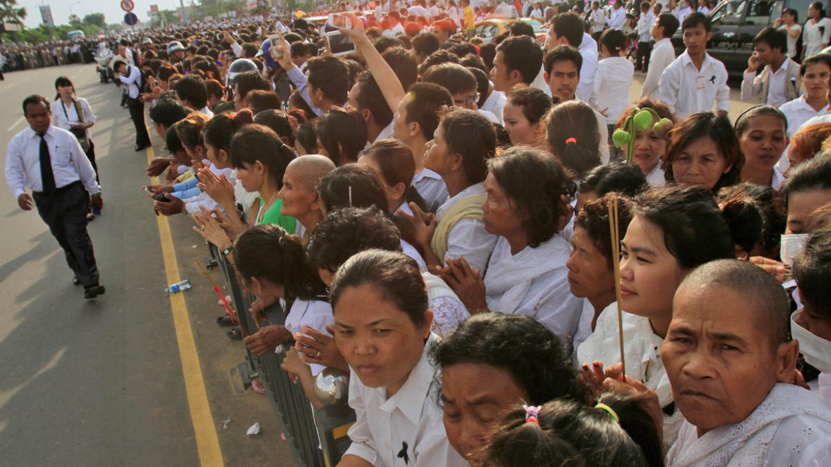 Kambodža lemují cestu smutečního průvodu v Phnompenhu