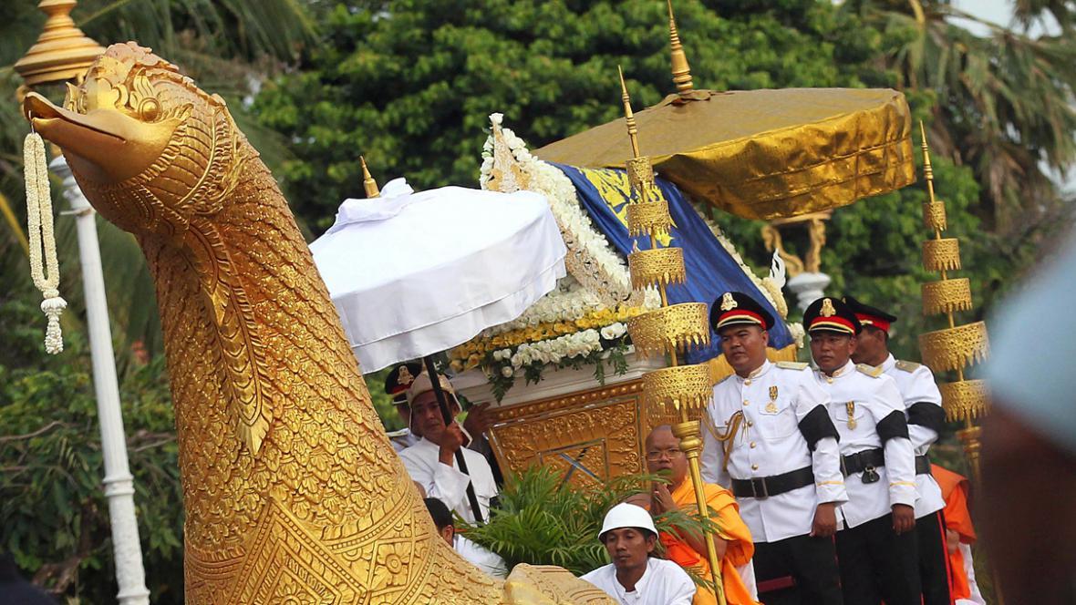Rakev s ostatky bývalého kambodžského krále Norodoma Sihanuka