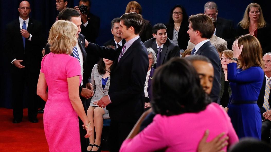 Manželky kandidátů přišly obě v růžové
