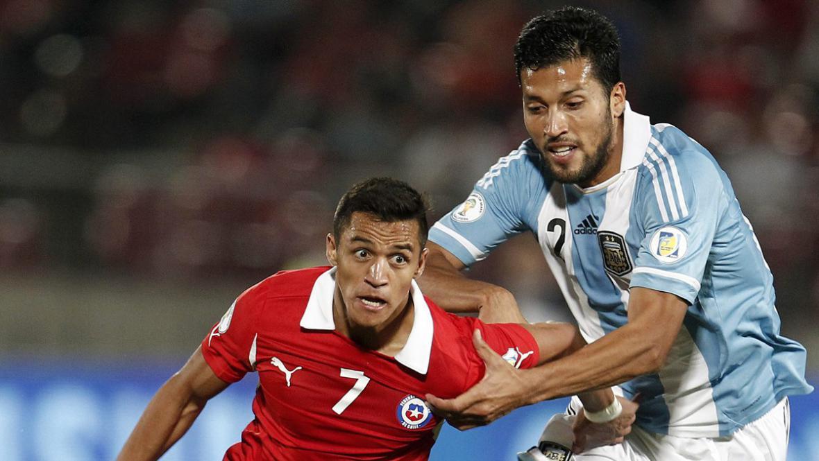 Alexis Sanchez bojuje v dresu Chile