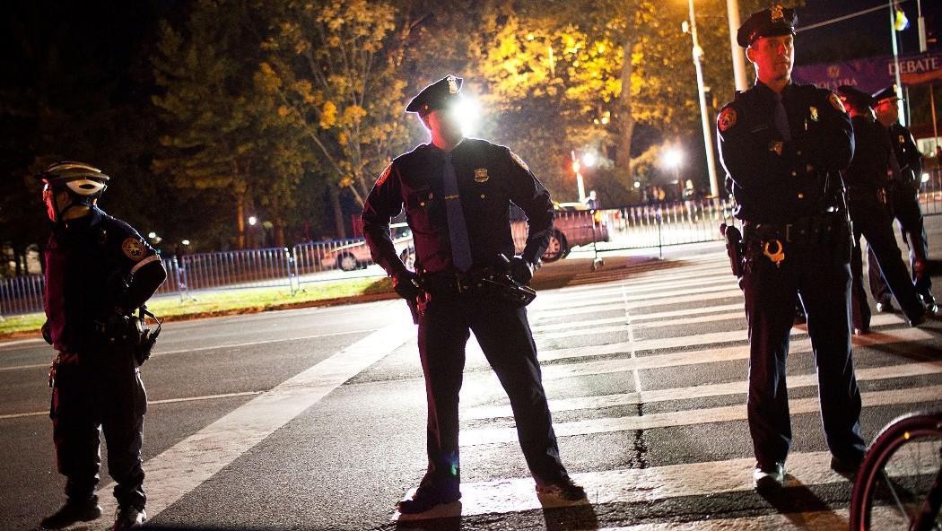Policisté monitorují různorodé protestní akce před univerzitou