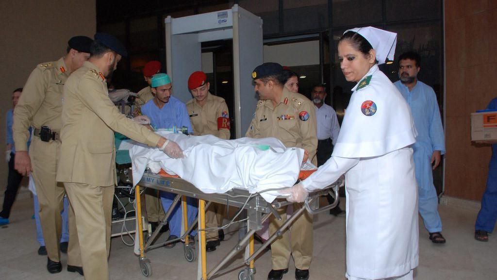 Armádní doktoři převážejí Malalaj do nemocnice v Birminghamu