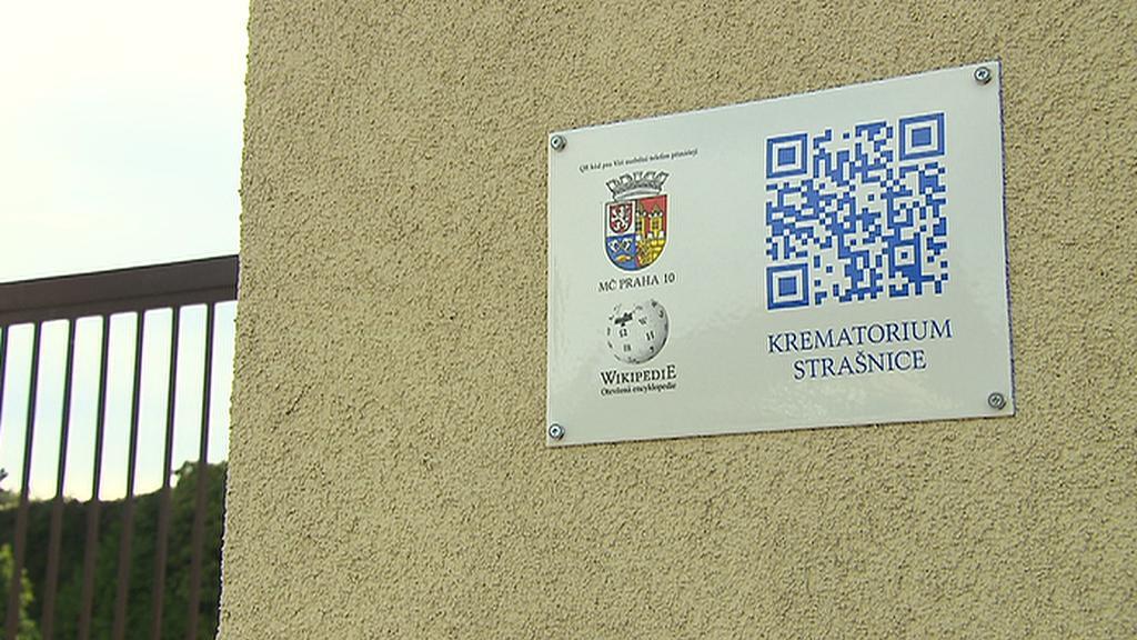 QR kód na zdi strašnického krematoria