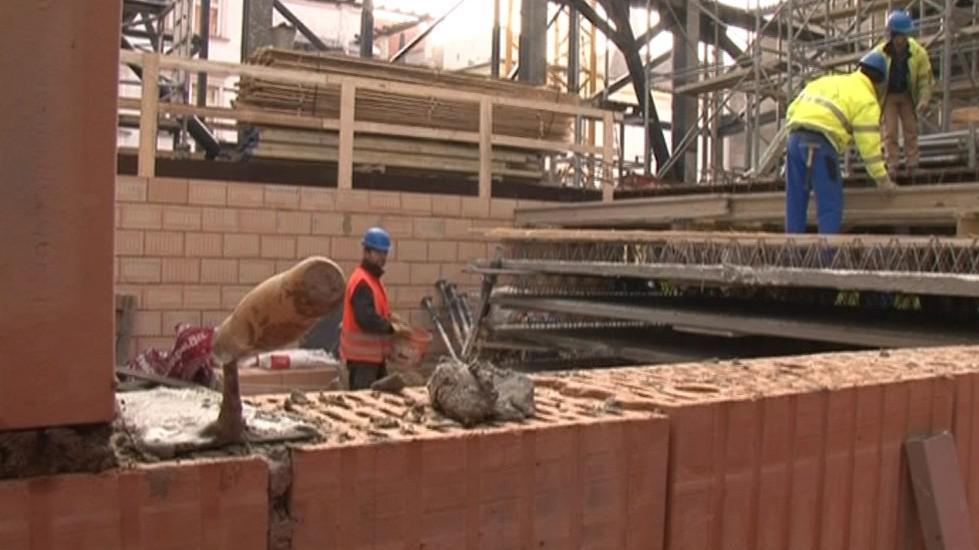 Dělníci dokončují poslední stavební úpravy