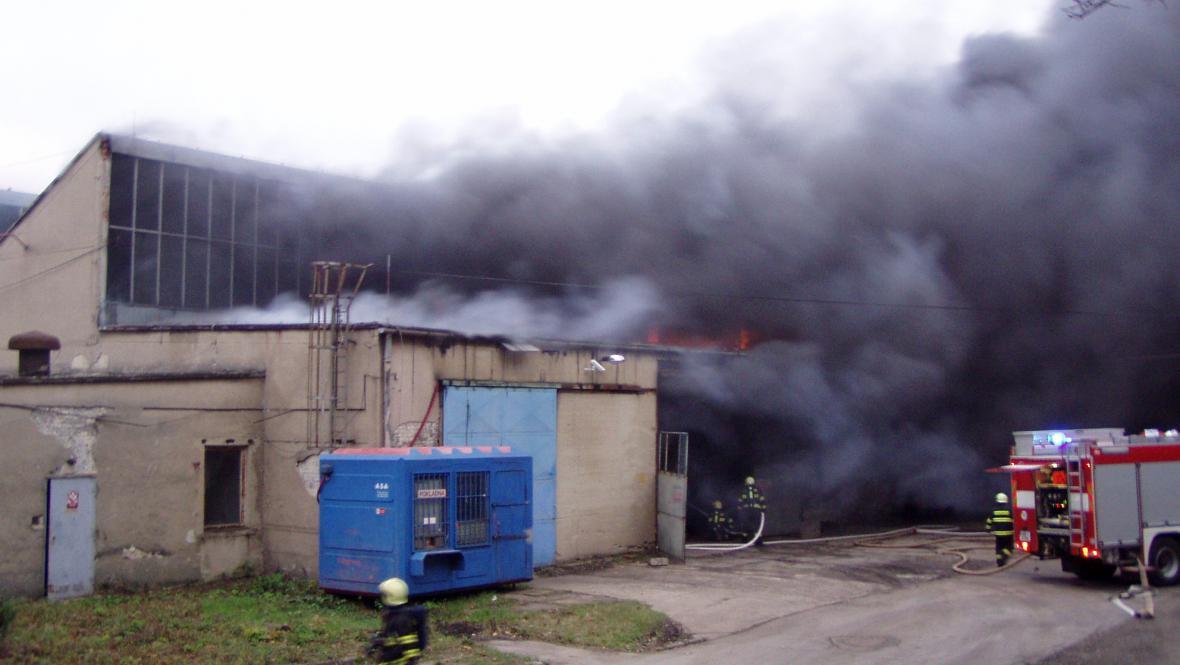 Z továrny se šířil hustý dým