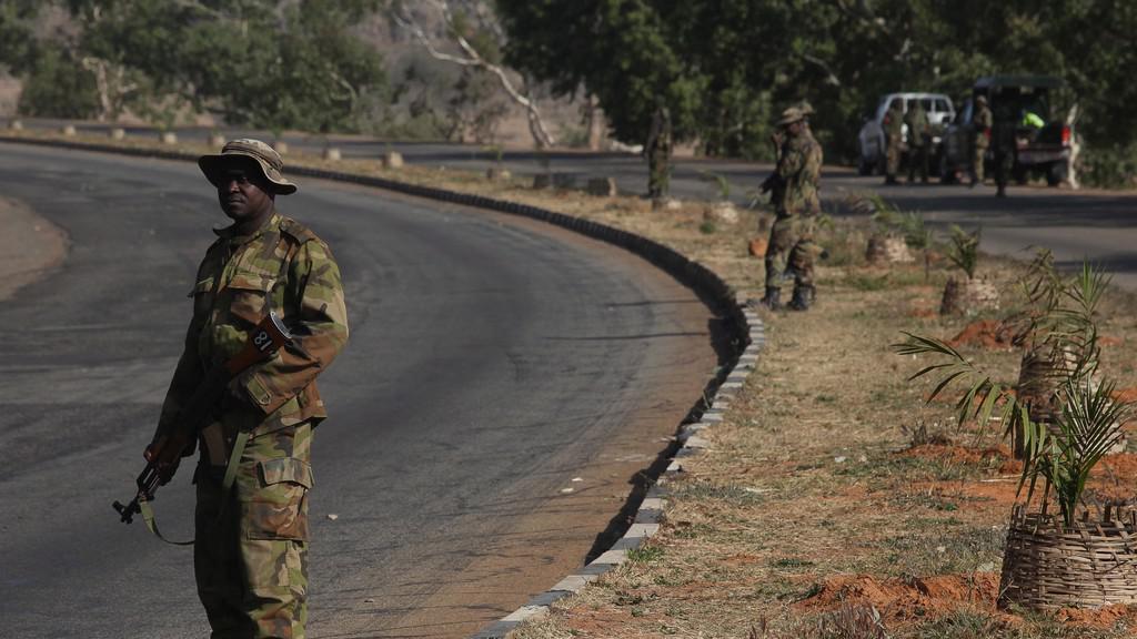 Hlídkující nigerijští vojáci v ulicích