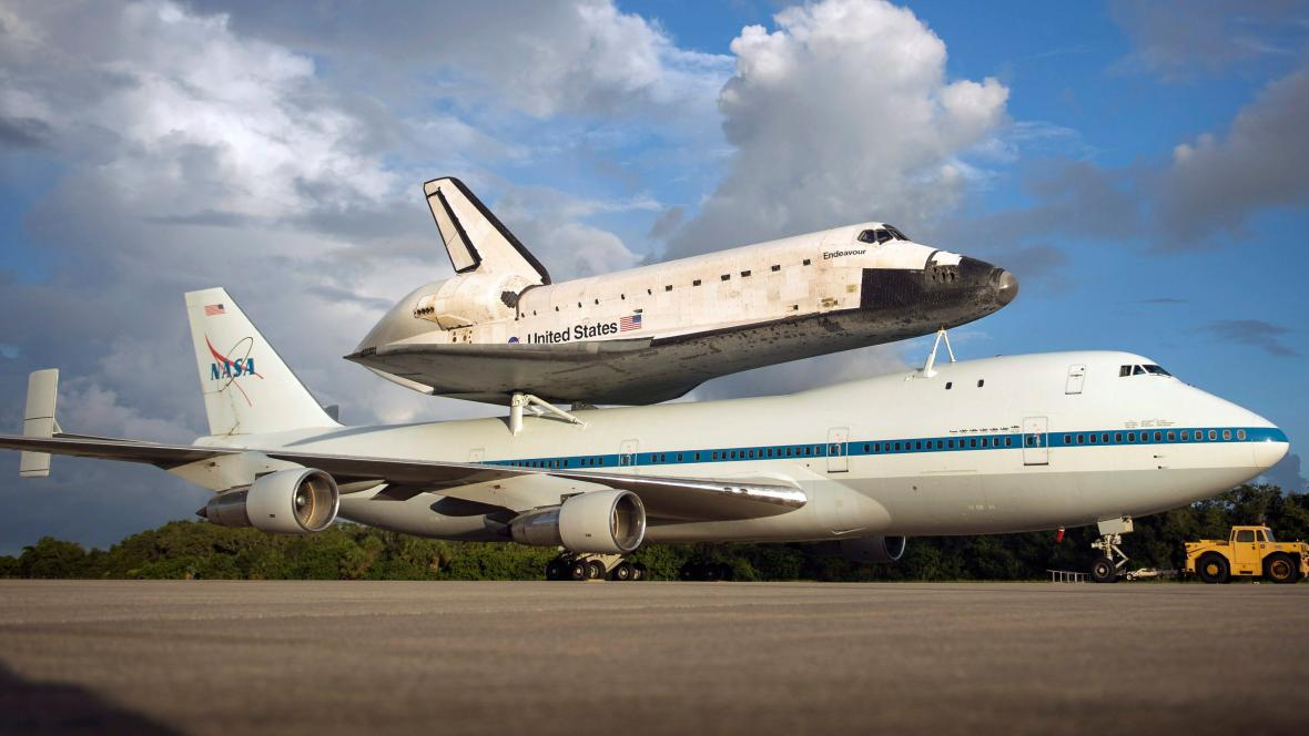 Raketoplán Endeavour na zádech speciálně upraveného Boeingu 747