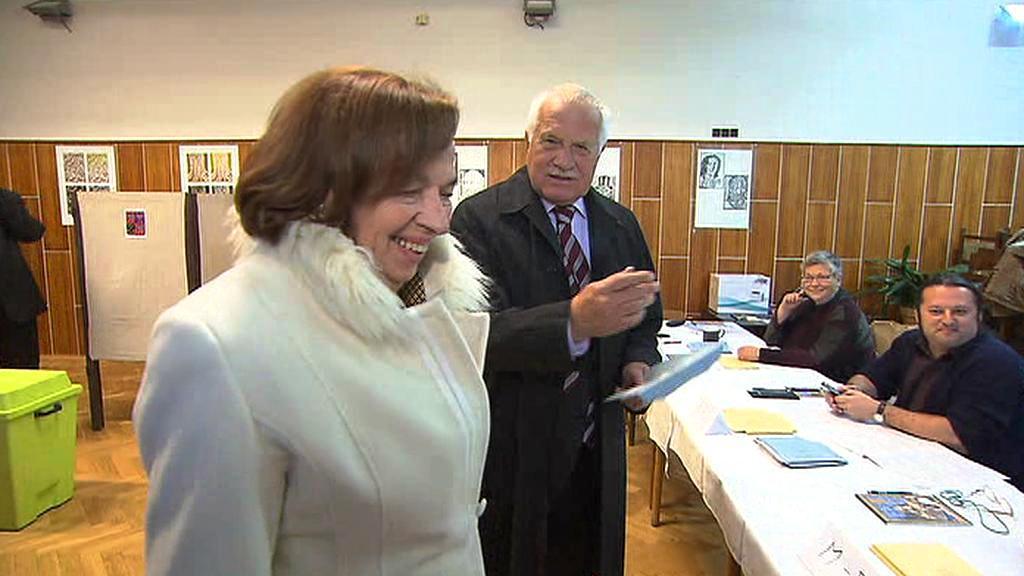Václav Klaus s chotí Livií u volební komise
