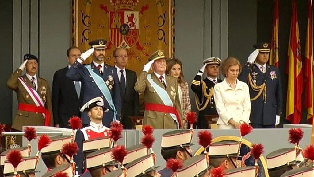 Španělská královská rodina přihlíží vojenské přehlídce na Den Kryštofa Kolumba
