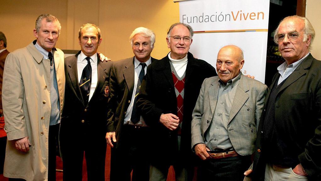 Rok 2007 - setkání přeživších ragbistů se svým zachráncem (druhý zprava)