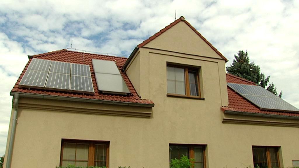 Solární panely na střeše rodinného domu