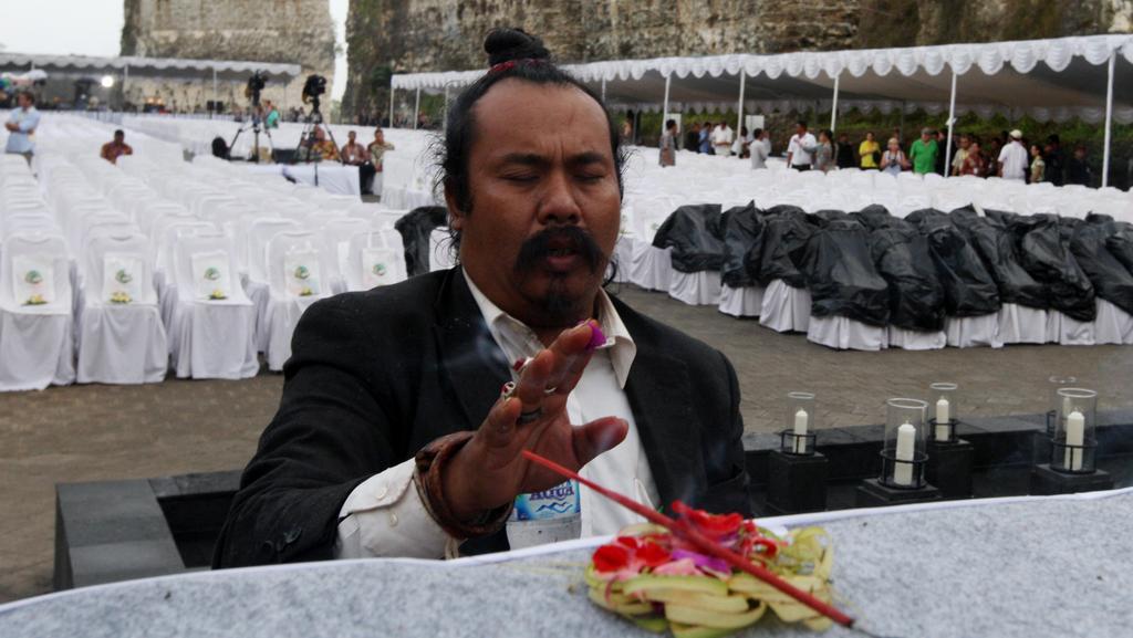 Účastník piety na Bali