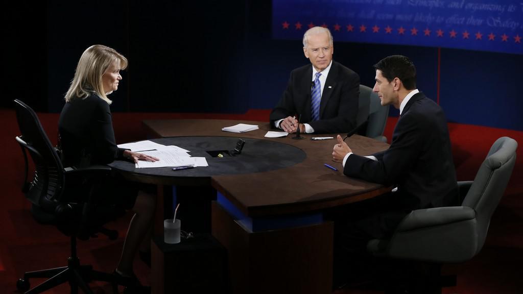 Debata dvou kandidátů na příštího viceprezidenta USA: starší demokrat Joe Biden a mladší republikán Paul Ryan