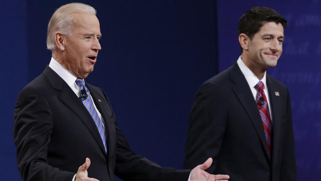 Současný viceprezident Joe Biden (vlevo) v debatě s kandidátem na viceprezidenta Paulem Ryanem (vpravo)