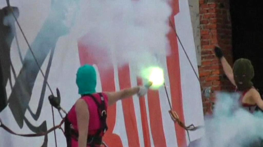 Členky Pussy Riot pálí obraz Vladimira Putina