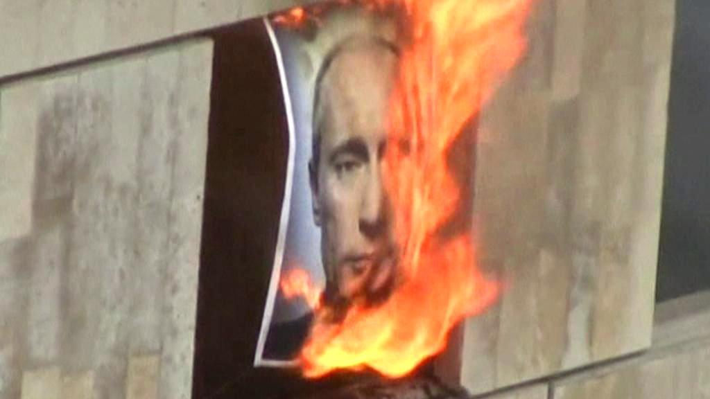 Členky Pussy Riot spálily obraz Vladimira Putina
