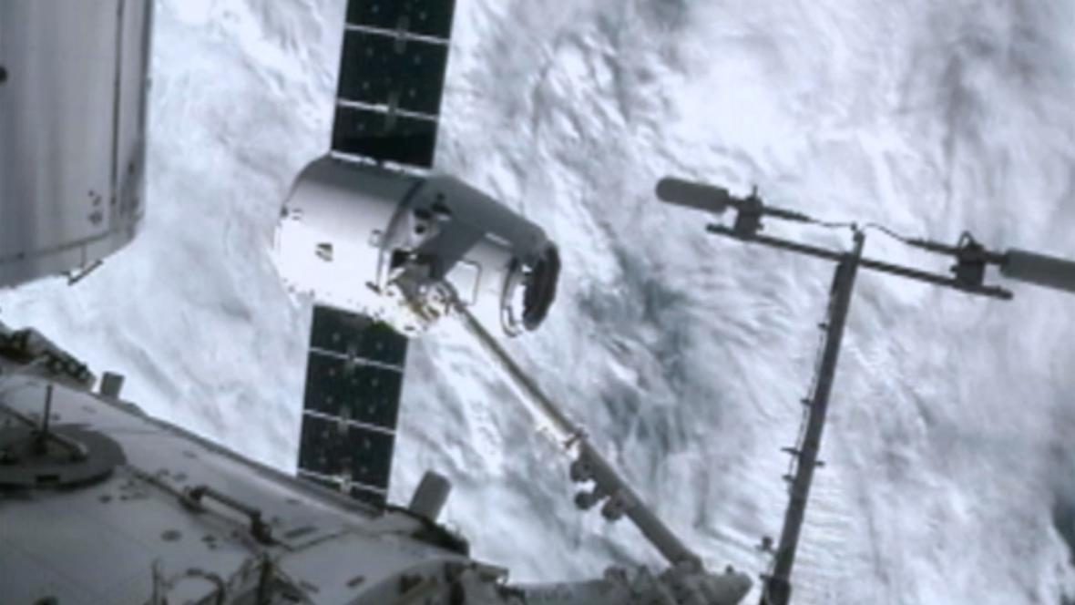 Zachycení Dragonu robotickou paží nad jižním Atlantikem