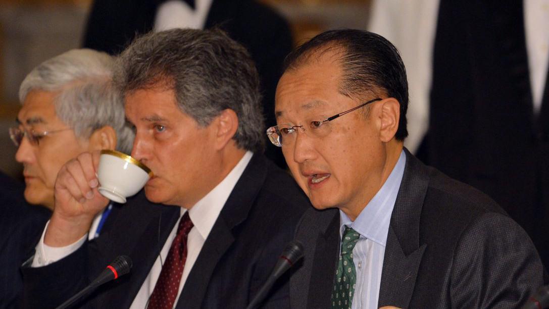 Prezident Skupiny Světové banky Jim Yong Kim (vpravo) a první místopředseda MMF David Lipton