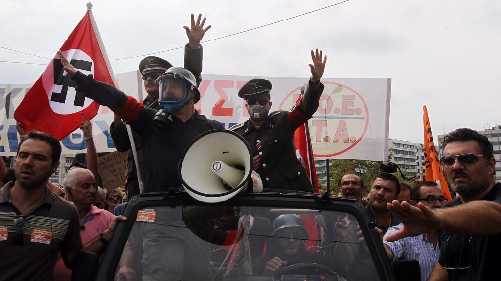 Demonstranti vytáhli na Merkelovou v Aténách hákové kříže