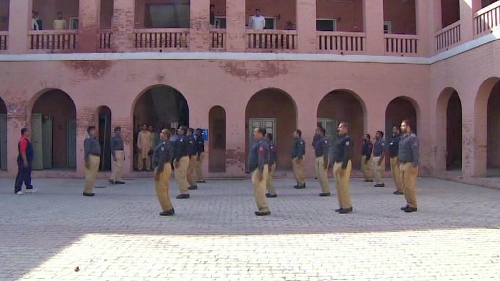 Pákistánští policisté zahajují den rozcvičkou