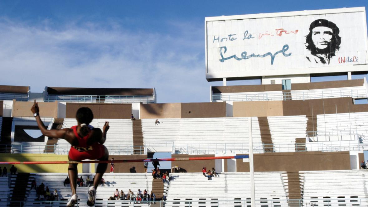 Atletický stadion s portrétem Che Guevary