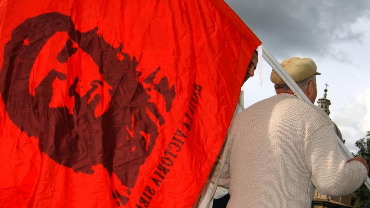 Vlajka s Che Guevarou - demonstrace v Římě