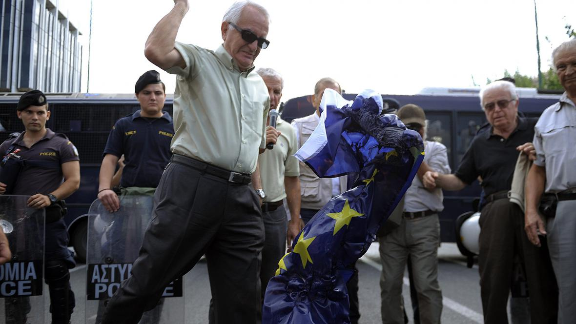 Řečtí penzisté pálí vlajku EU