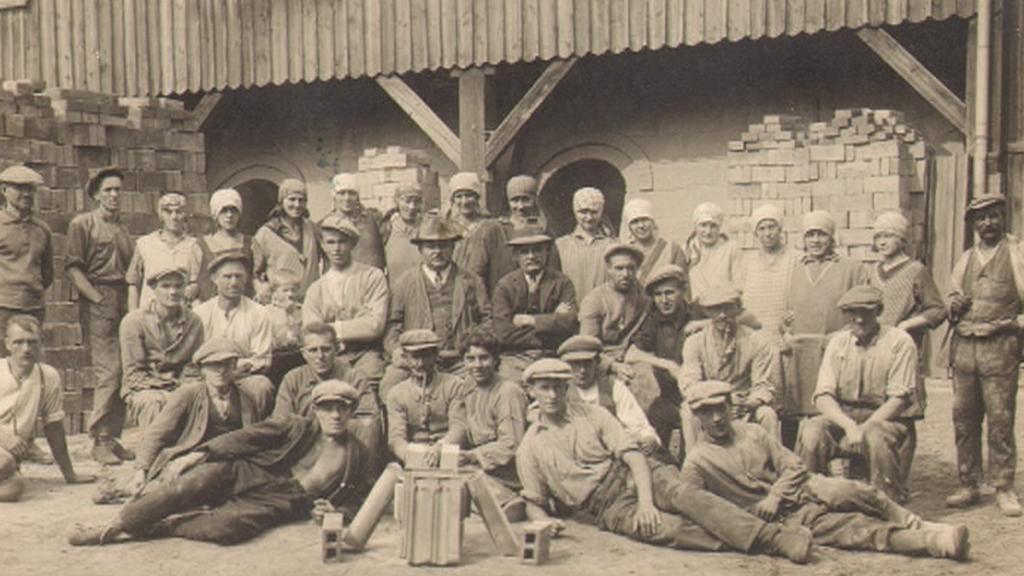 Fotografie pracovníků někdejší cihelny v Šárovcově Lhotě